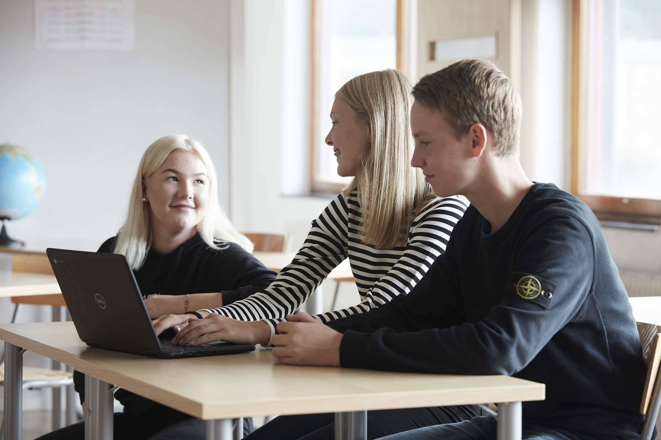 Tre elever vid skolbänken