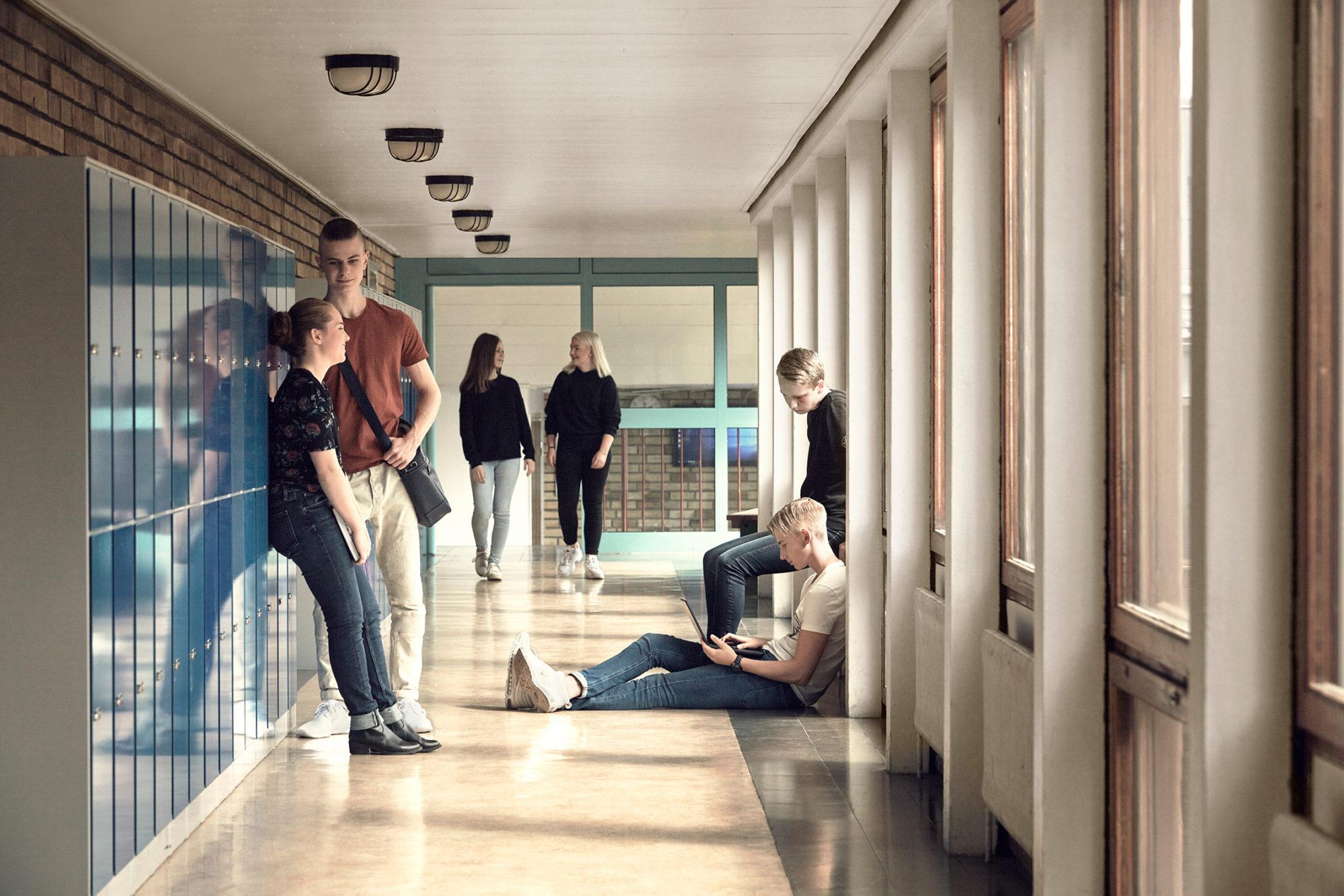 Elever i korridor har rast